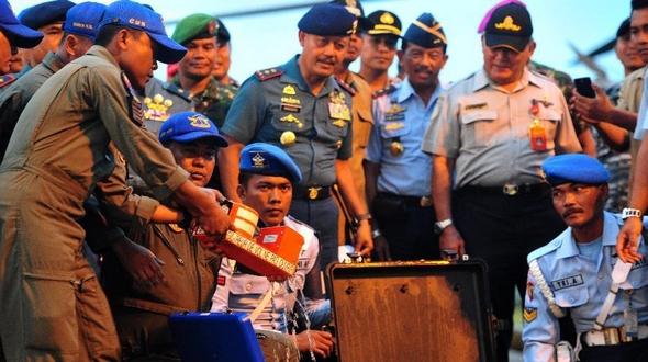 В Индонезии из воды поднят второй 'черный ящик' потерпевшего крушение самолета компании 'Эйр Эйша'