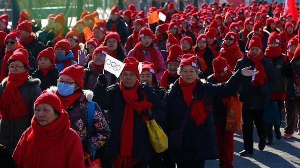Красный цвет украшает зимние дни! 6000 жителей столицы совершили пеший ход для поддержки заявки Пекина на проведение Зимней Олимпиады 2022