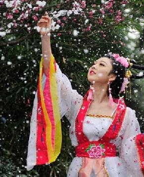 Сычуанские девушки любуются цветами в древнекитайских нарядах