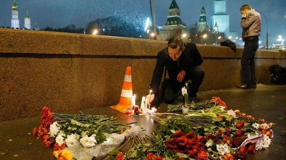 Российский народ возложил цветы и зажег свечи в память о погибшем вице-премьере Б. Немцове