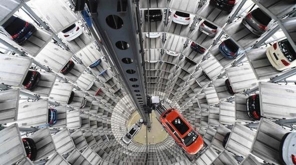 Башня, где размещаются готовые автомобили Volkswagen, напоминает калейдоскоп