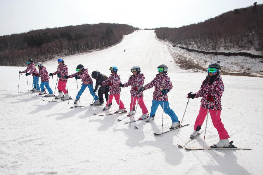 Для подготовки к Зимней Паралимпиаде-2022, а также подготовки лучших спортсменов с ограниченными возможностями, занимающихся зимними видами спорта, в г. Чжанцзякоу провинции Хэбэй была создана группа горнолыжников, которая состоит 8 членов с дефектами зрения.