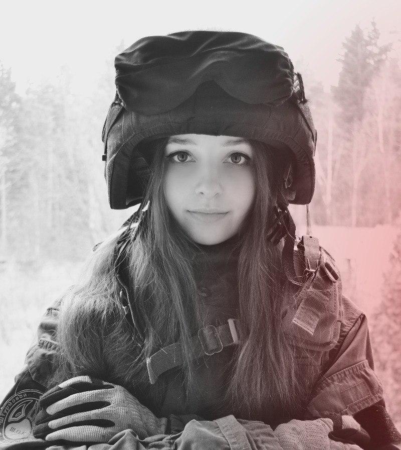 Фотосессия девушки в камуфляжной форме, кончили в ноздри