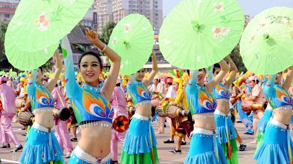 Первое выступление танцоров с сянцзоугу (род барабана у народности таи) и представление национальной культуры в Сишуанбаньна, пров. Юньнань