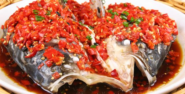 Тушеная голова рыбы с рубленным перцем