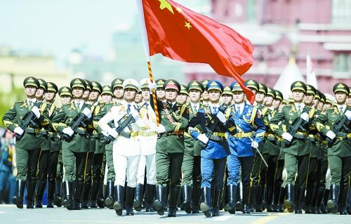 9 мая по местному времени по Красной площади в столице России прошел парадный расчет почетного караула из трех родов войск НОАК.