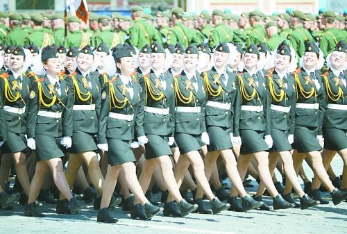 Российские курсантки, принимающие участие в параде.