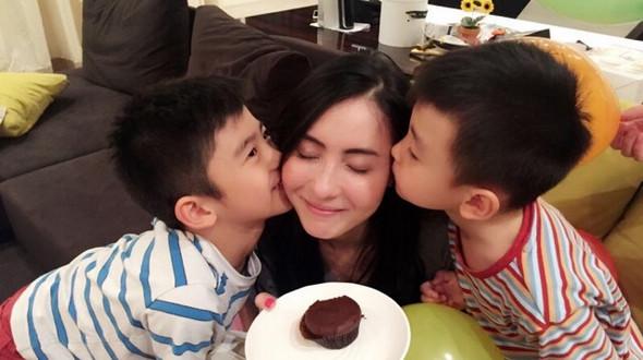 Актриса Чжан Бочжи отметила свой 35-й день рождения
