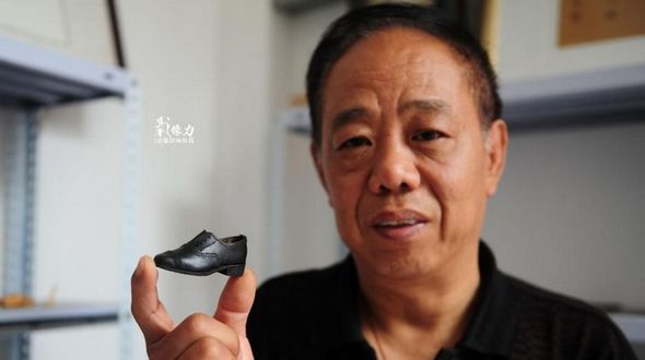 Сапожник из города Цзинань делает микрообувь