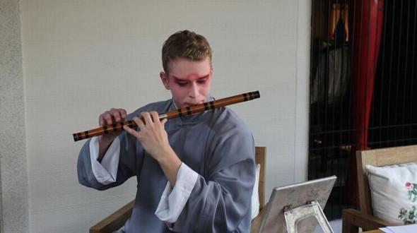Обучающийся в Китае немецкий студент исполняет китайскую оперу «Куньцюй»