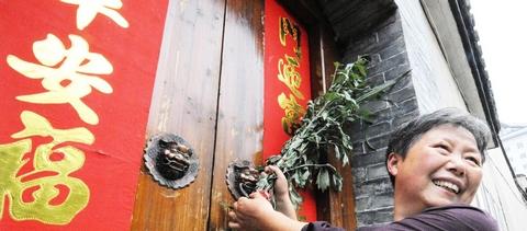 Обычай Праздника Дуаньу: подвешивание веточек полыни на двери