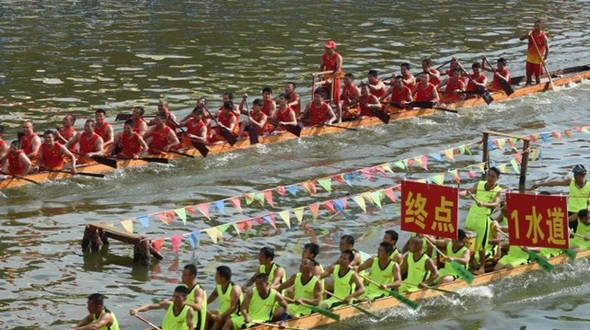 В г. Гаояо провинции Гуандун на соревнованиях драконьих лодок собралось более 100 тысяч болельщиков