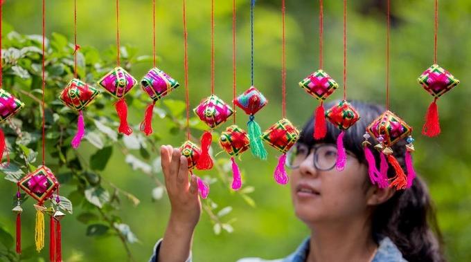 Изготовление мускусных мешочков в виде разноцветного цзунцзы в преддверии праздника Дуаньу