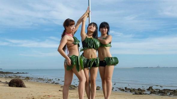 Соблазнительные девушки в бикини из бамбуковых листьев показали пляжный вариант танца на пилоне