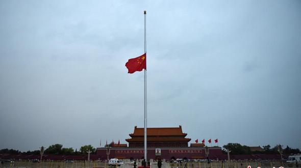 На площади Тяньаньмэнь приспущен государственный флаг в знак траура по кончине Цяо Ши