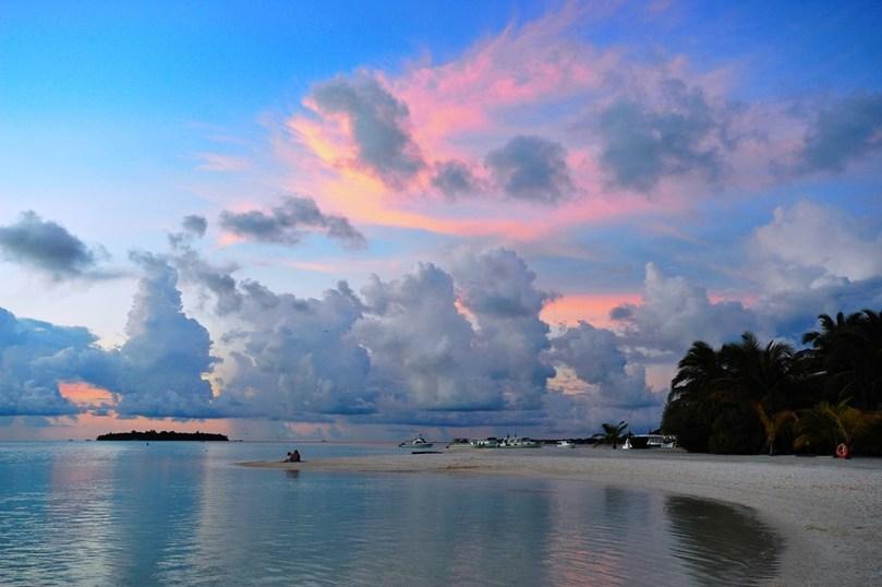 Все прекрасные пейзажи на Мальдивах, как это не печально, находятся на небольшой высоте над уровнем моря. Средняя высота по всей стране всего на 1,8 метра выше уровня моря, около 80% территории не выше одного метра.