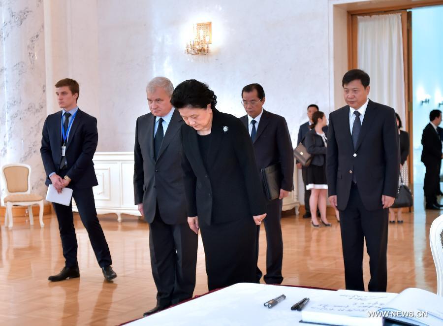 Лю Яньдун от имени китайского правительства почтила память Евгения Примакова в посольстве РФ в Китае