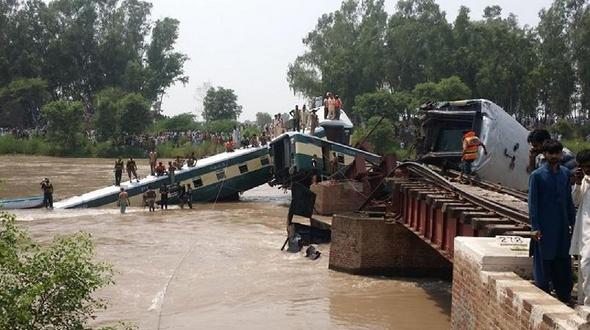 В Пакистане несколько вагонов железнодорожного состава обрушились в канал, 12 человек погибли
