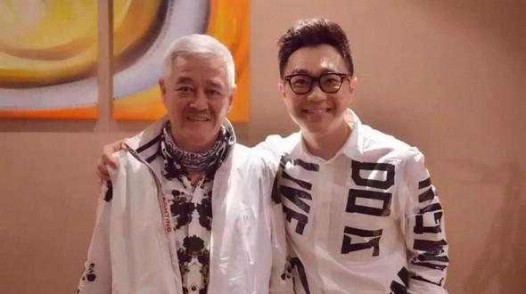 58-летний Чжао Бэньшань вместе с учениками отпраздновал завершение работы над новым фильмом Дун Чэнпэна