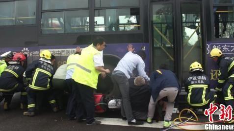 В г. Нинбо люди подняли автобус на руках, чтобы спасти пострадавшего пожилого человека