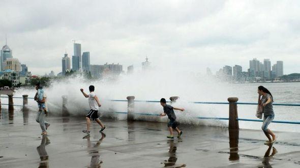 Под воздействием тайфуна 'Чан-Хом' на провинции Шаньдун и Ляонин обрушились проливные дожди