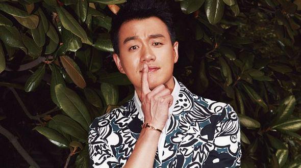 Актер Тун Давэй позирует для модного журнала