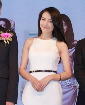 Красавица Гао Юаньюань в белом платье
