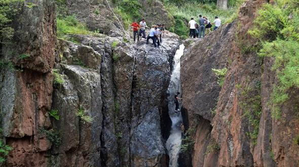Сотрудники полиции и местные жители спасли мальчика, упавшего в водопад