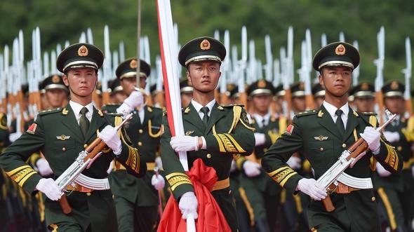 Парадный строй, участвующий в церемонии поднятия флага: взгляд через объектив