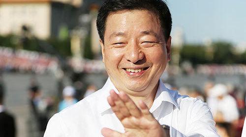 Китайские и иностранные гости непрерывно прибывают на площадь Тяньаньмэнь