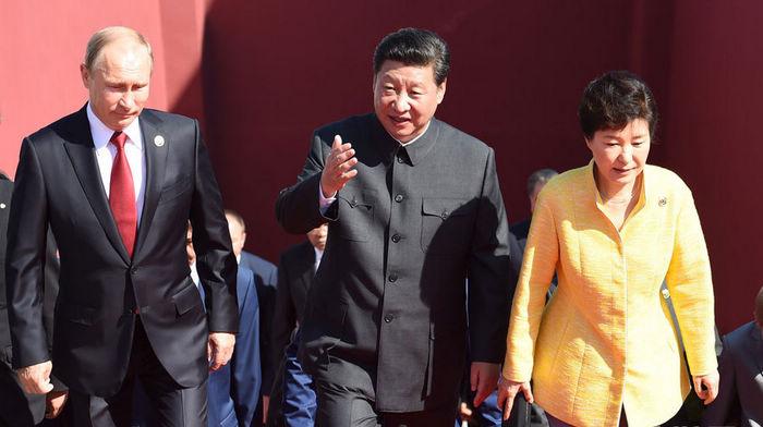 Си Цзиньпин и зарубежные гости вместе поднялись на верхнюю часть ворот Тяньаньмэнь.
