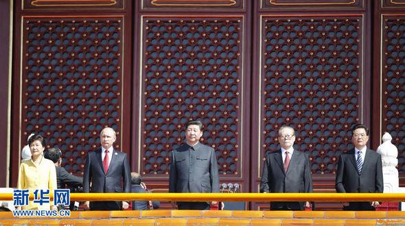 Партийные и государственные руководители Китая поднялись на центральную трибуну на площади Тяньаньмэнь