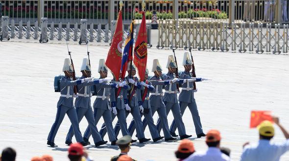 Перед трибунами проходит делегация вооруженных сил Венесуэлы