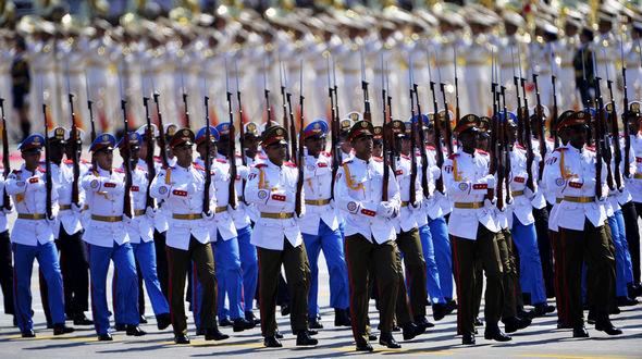 Мимо трибун проходит парадный расчет вооруженных сил Кубы