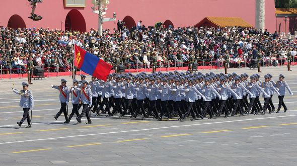 Мимо трибун проходит парадный расчет вооруженных сил Монголии
