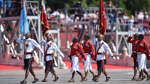 Мимо трибун проходит делегация вооруженных сил Фиджи