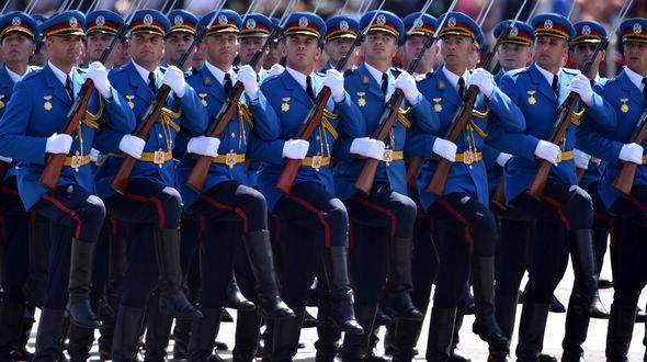 Через площадь Тяньаньмэнь проходит парадный расчет вооруженных сил Сербии