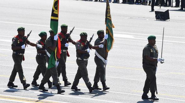 Мимо трибун проходит делегация механизированных войск Вануату