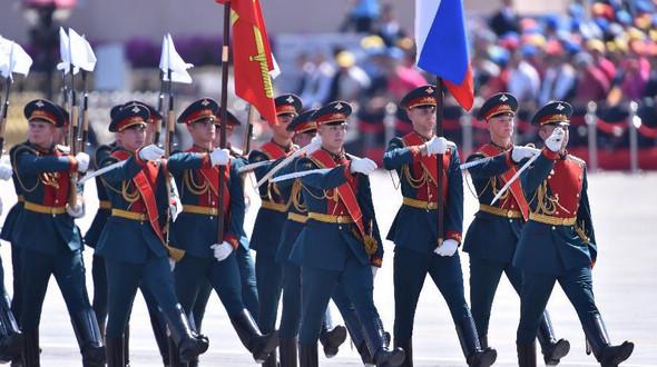 Через площадь Тяньаньмэнь проходят делегации зарубежных вооруженных сил