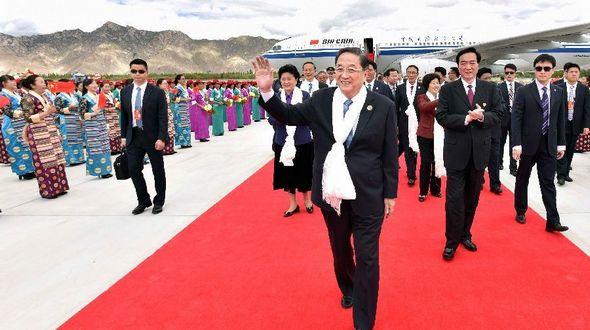 Юй Чжэншэн во главе делегации центрального руководства Китая прибыл в Лхасу для участия в торжествах по случаю 50-летия создания Тибетского автономного района