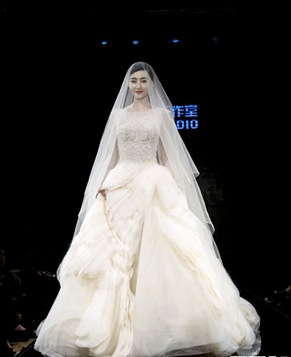 Красавица Ван Ликунь в свадебном платье