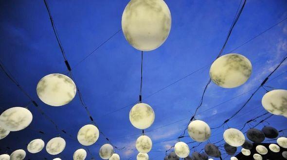 2499 ламп в виде луны на улицах города Янчжоу провинции Цзянсу к празднику середины Осени