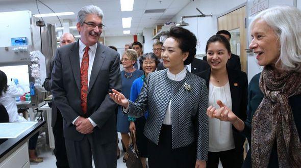 Пэн Лиюань вместе с четой Гейтс посетила американский научно-исследовательский центр раковых заболеваний в Сиэтле