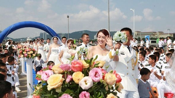 Солдаты ВМС НОАК провели групповую свадьбу на фоне эсминца
