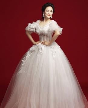 Красотка Фань Жуй в свадебном платье