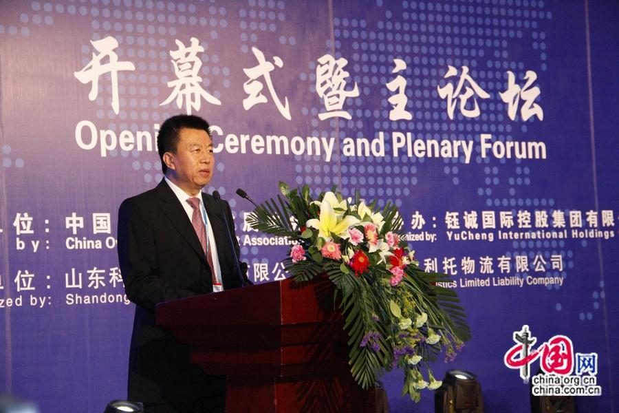 На фото: Ведущий церемонии открытия 7-й Ярмарки зарубежных инвестиций Китая – заместитель генерального секретаря Китайской ассоциации по развитию предприятий за рубежом Хэ Чжэньвэй.