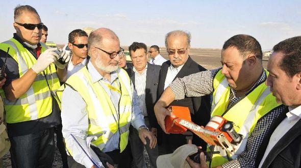 Найден 'черный ящик' потерпевшего крушение российского самолета, тела погибших доставлены в морг Каира