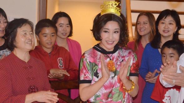 Китайская актриса Лю Сяоцин отметила с семьей свой 60-летний юбилей