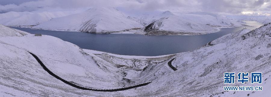 Тибетское озеро Янчжоюнцо после снегопада
