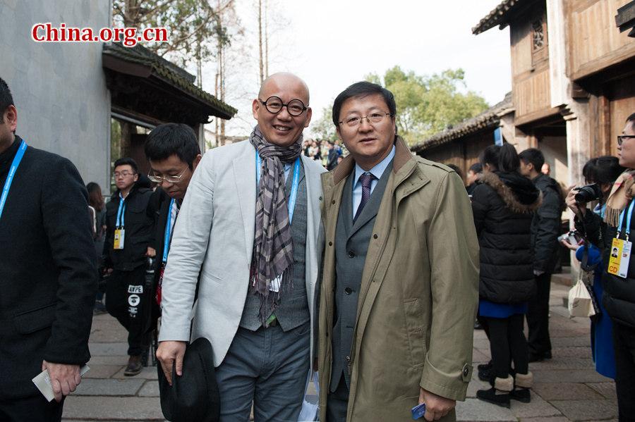 На фото: главный редактор вебсайта «Чжунгован» (China.org.cn) Ван Сяохуэй (справа) позирует с гостем мероприятия для фото после окончания церемонии открытия второй Всемирной конференции по управлению Интернетом